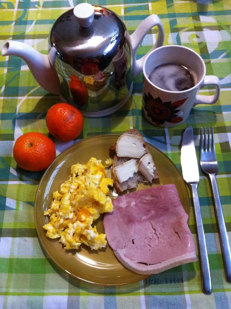 petit déjeuner oeuf, jambon, fruit, fromage, pain aux céréales bio